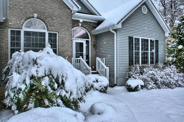 084001_snowy house
